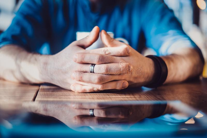 Een man'-hand toont duimen die omhoog, dievan hij houdt of iets goedkeurt wijzen op royalty-vrije stock afbeelding