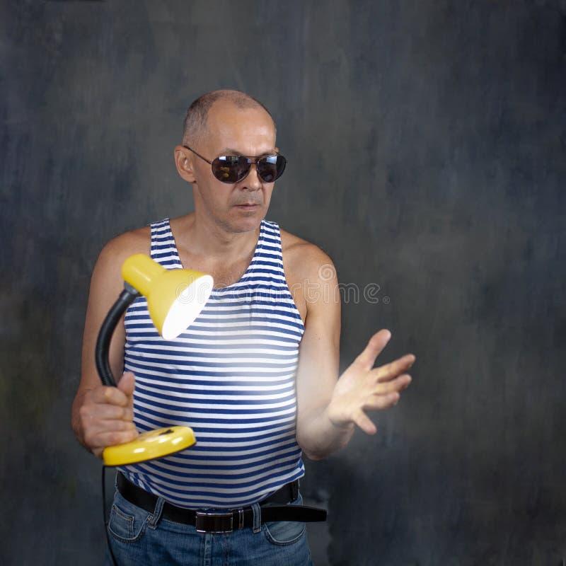 Een man met een lichtgevende tafellamp royalty-vrije stock fotografie