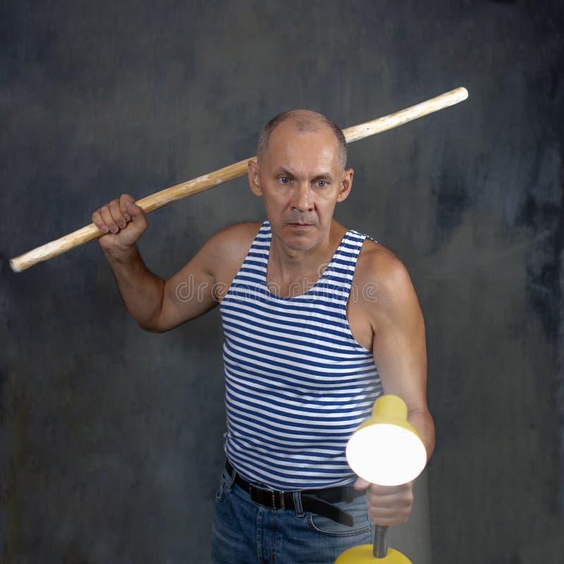 Een man met een stok royalty-vrije stock afbeelding