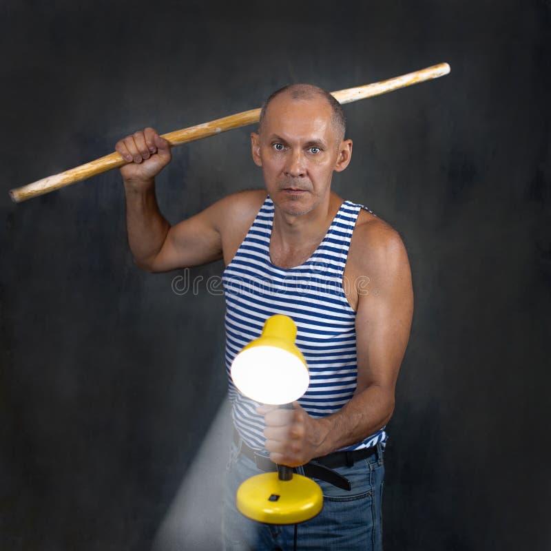 Een man met een stok stock afbeelding