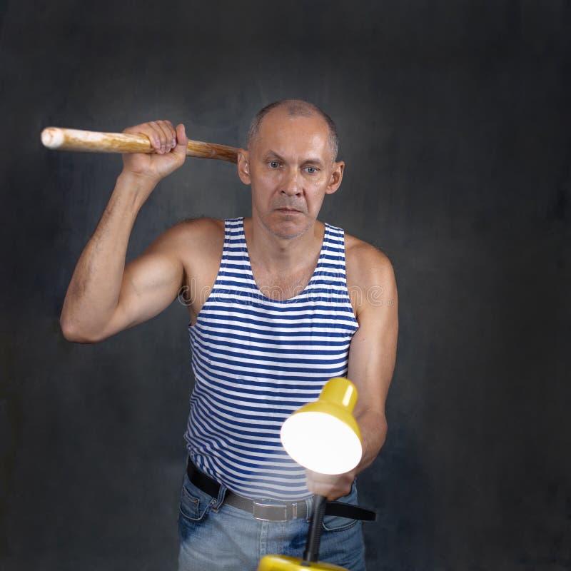 Een man met een stok stock fotografie
