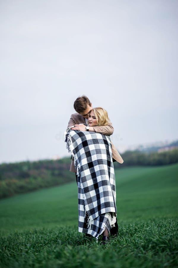 Een man omhelst een vrouw royalty-vrije stock foto's