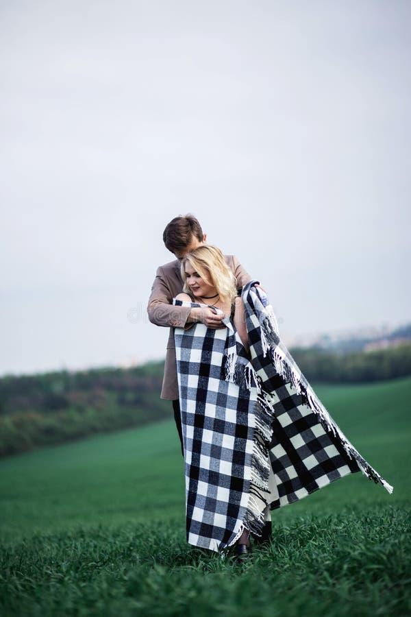 Een man omhelst een vrouw royalty-vrije stock afbeeldingen