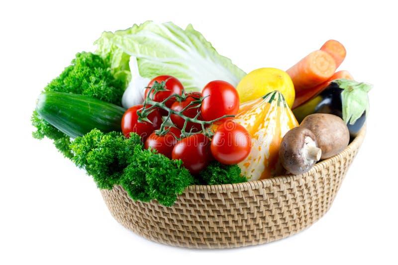 Een mand met smakelijke ruwe gezonde groenten royalty-vrije stock fotografie