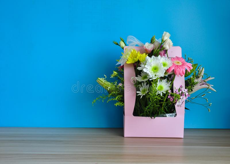 Een mand van kleurrijke bloemen op de lijst stock foto