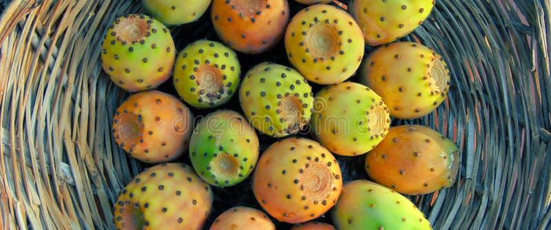Een mand van rijpe fig. stock afbeeldingen