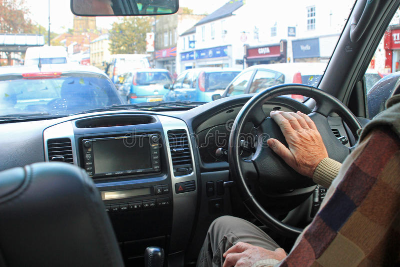 Een mannelijke bestuurder die de autohoorn drukken stock afbeeldingen