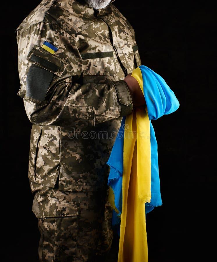 een mannelijke militair kleedde zich in een militair uniform van het Oekraïense leger royalty-vrije stock fotografie