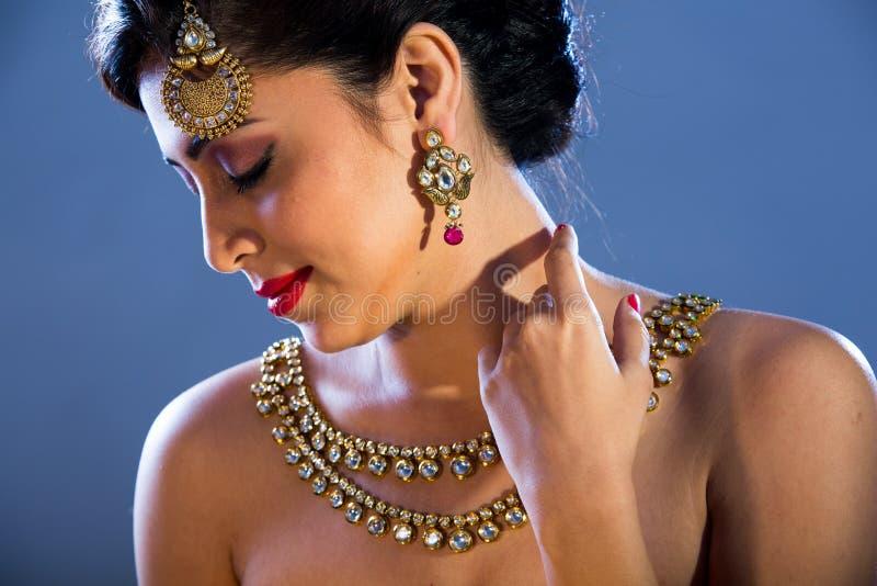 Een mannequin met juwelen stock foto's