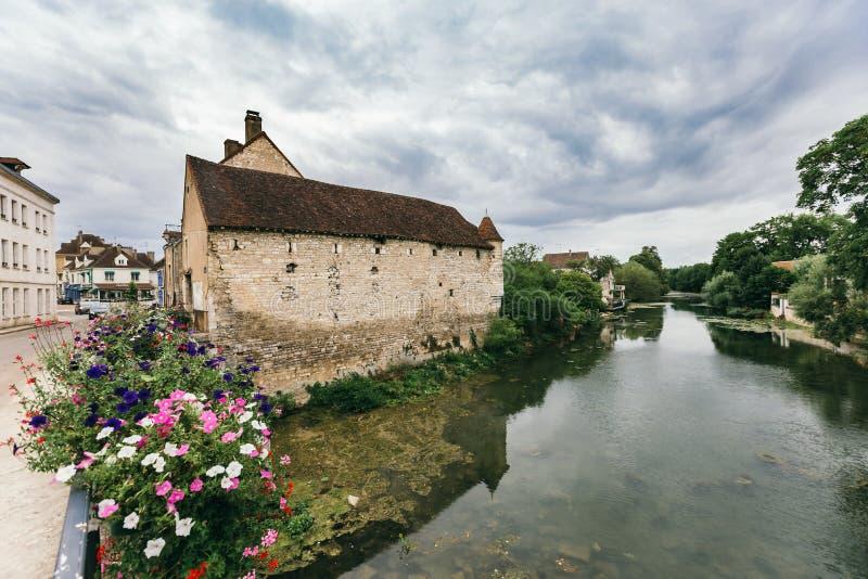 Een meer dichtbij een oude stad royalty-vrije stock foto