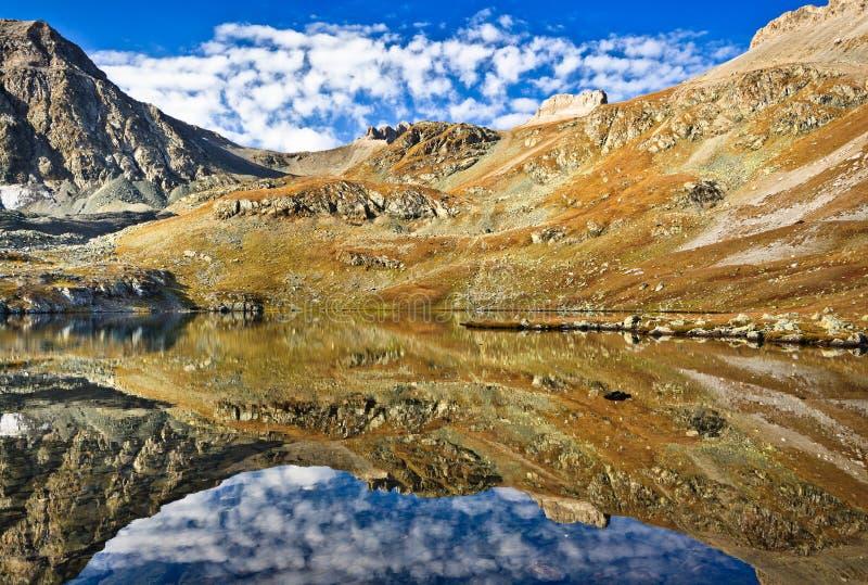 Een meer hoog in de berg van de Kaukasus stock afbeelding
