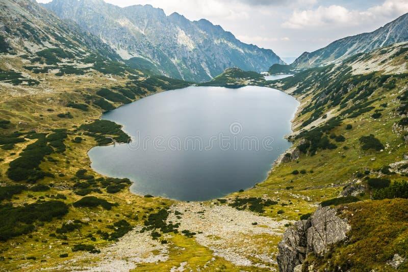 Een meer hoog in de bergen stock foto