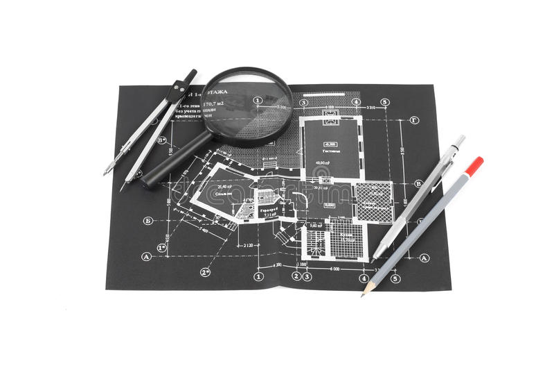 Een meer magnifier kompas, en potloden over een bouwtekening o stock foto's