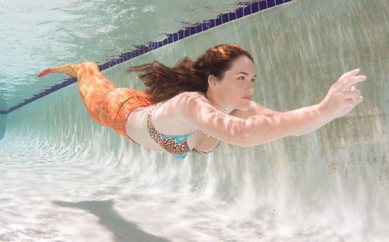 Een meermin met en een oranje staart onderwater royalty-vrije stock foto's