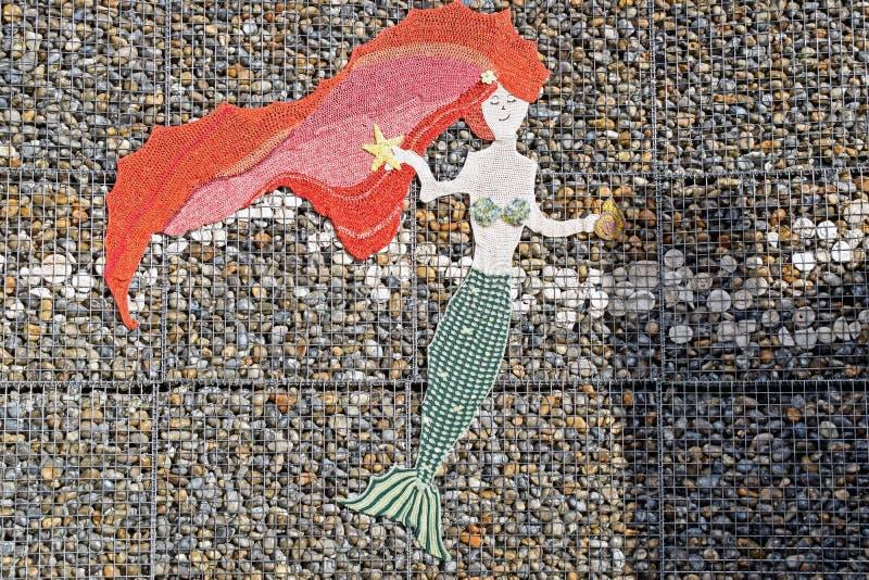 Een Meerminontwerp op een muur in Kent England stock fotografie