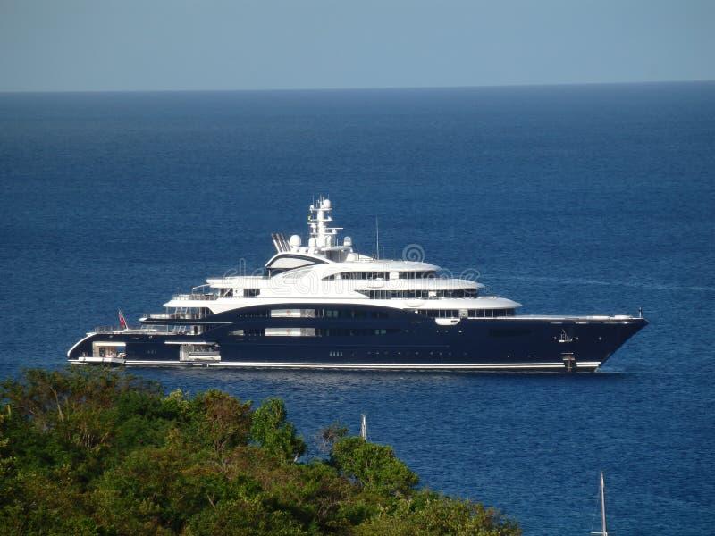 Een mega-jacht bij anker in de baai van admiraliteit royalty-vrije stock foto