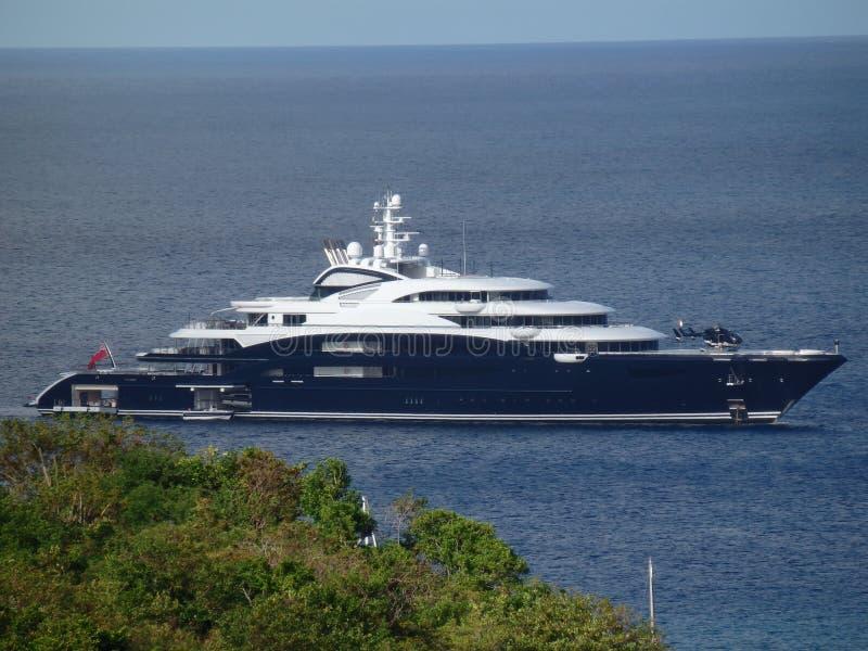 Een mega-jacht bij anker in de baai van admiraliteit royalty-vrije stock foto's