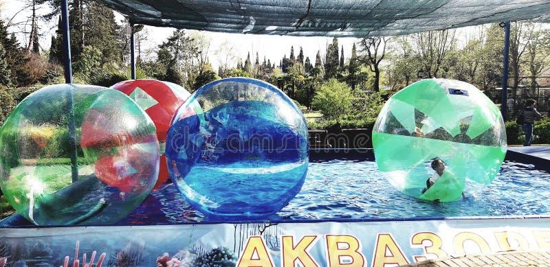 Een meisje binnen een opblaasbare bal is een aantrekkelijkheid in het Riviera-Park Rusland Sotchi 04 28 2019 royalty-vrije stock afbeeldingen