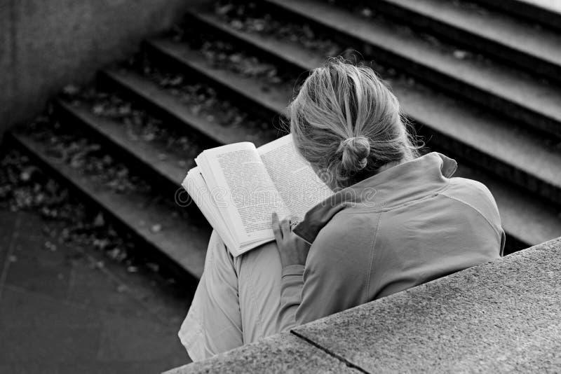 Een meisje dat een boek leest stock fotografie