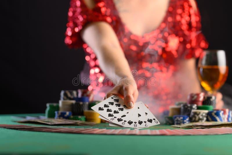 Een meisje dat kaarten speelt in een casino, laat een winnende combinatie zien Succes en overwinning Poker, blackjack, Texas poke stock foto's