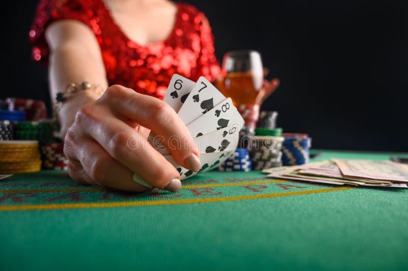 Een meisje dat kaarten speelt in een casino, laat een winnende combinatie zien Succes en overwinning Poker, blackjack, Texas poke royalty-vrije stock foto's
