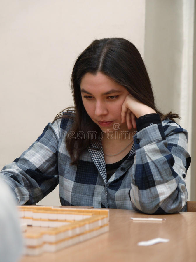 Een meisje dat majhong speelt stock foto's