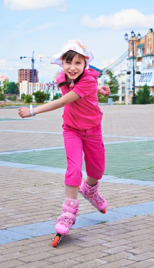 Een meisje dat snel op Rolschaatsen loopt royalty-vrije stock fotografie