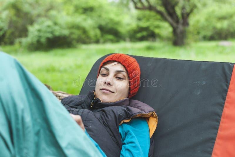 Een meisje in de aard kijkt in een mobiele telefoon stock foto