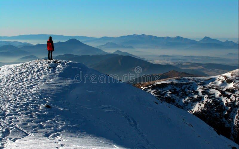 Een meisje in de bergen royalty-vrije stock fotografie