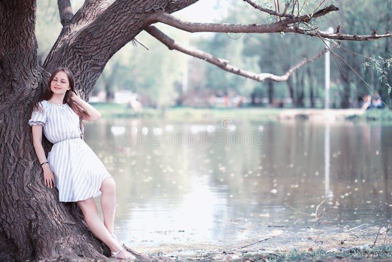 Een meisje in een de lente groen park stock foto