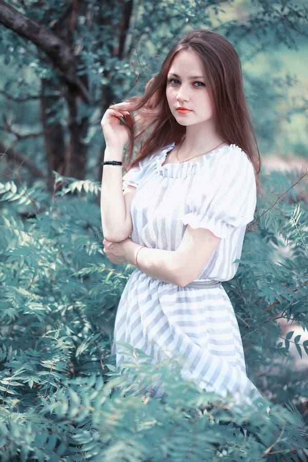 Een meisje in een de lente groen park royalty-vrije stock fotografie
