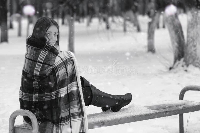 Een meisje in een de winter bewolkte dag stock afbeeldingen