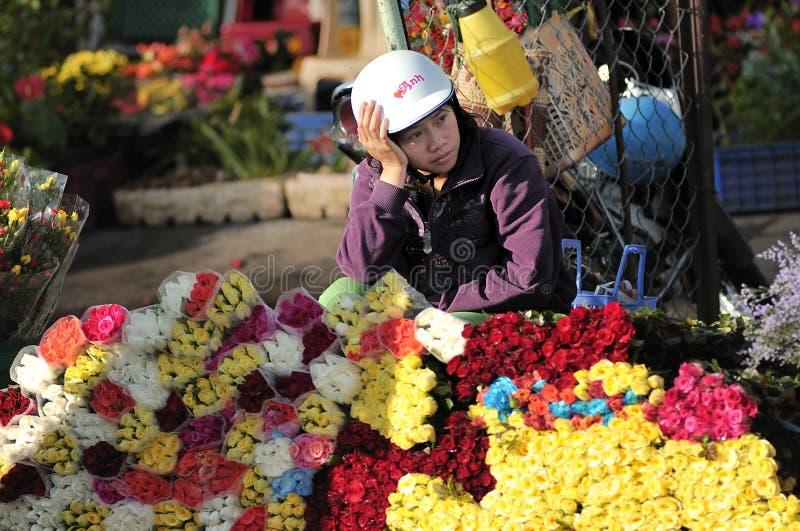 Een meisje die bloem in Vietnam verkopen royalty-vrije stock afbeeldingen