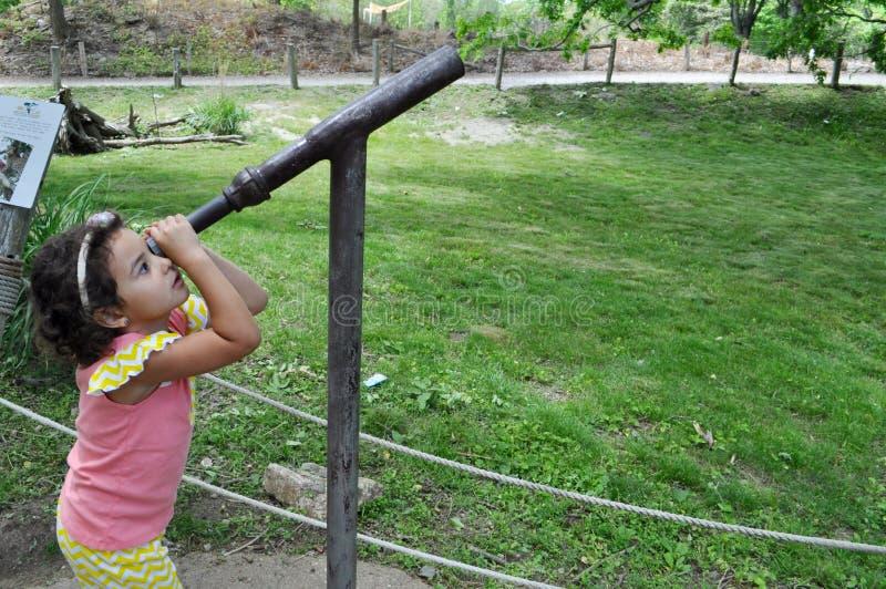 Een Meisje die de Hemel kijken stock afbeelding
