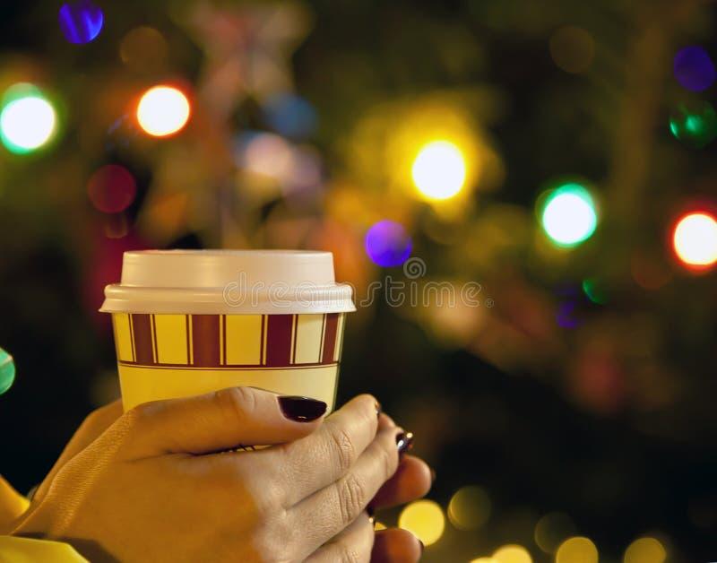 Een meisje die een glas koffie houden royalty-vrije stock foto