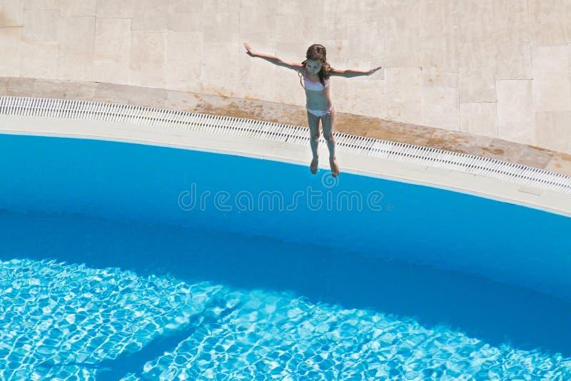Een meisje die gaan springen royalty-vrije stock fotografie