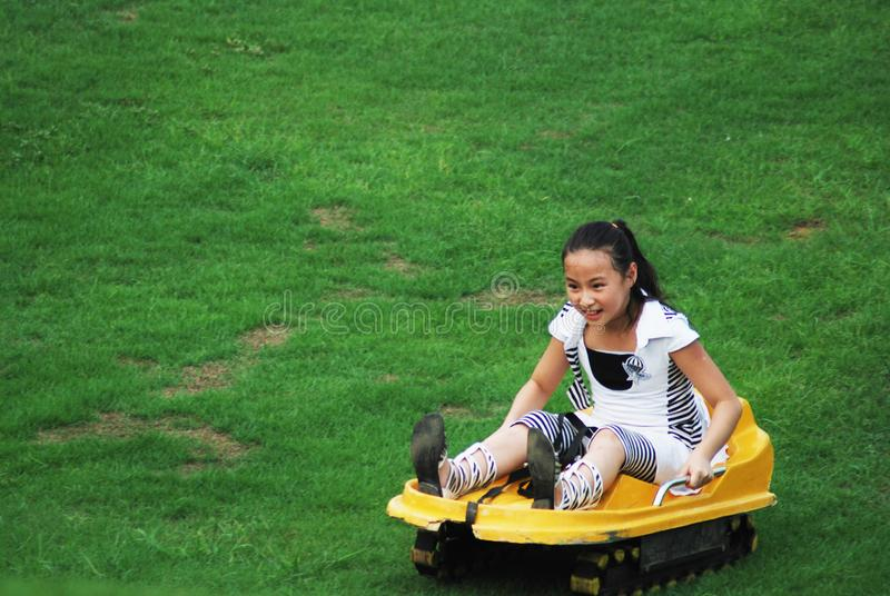 Een meisje die Gladde grasbeweging doen