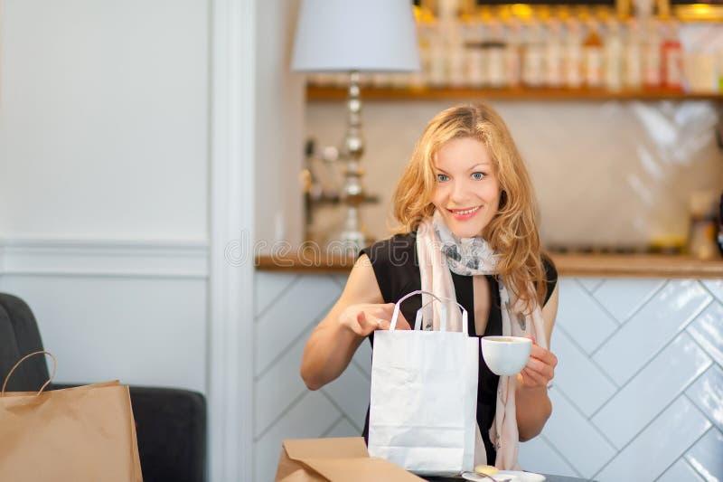 Een meisje die heeft een rust in een koffie winkelen stock afbeelding