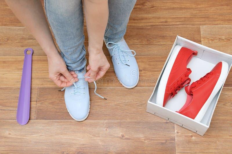 Een meisje die op tennisschoenen proberen royalty-vrije stock fotografie