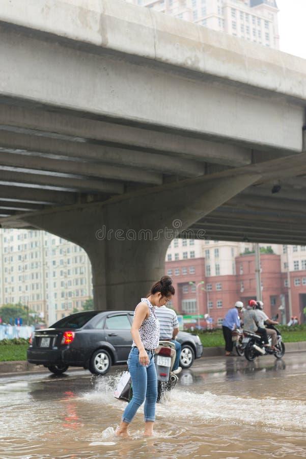 Een Meisje Die Pham Hung Road Kruisen Redactionele Stock Foto