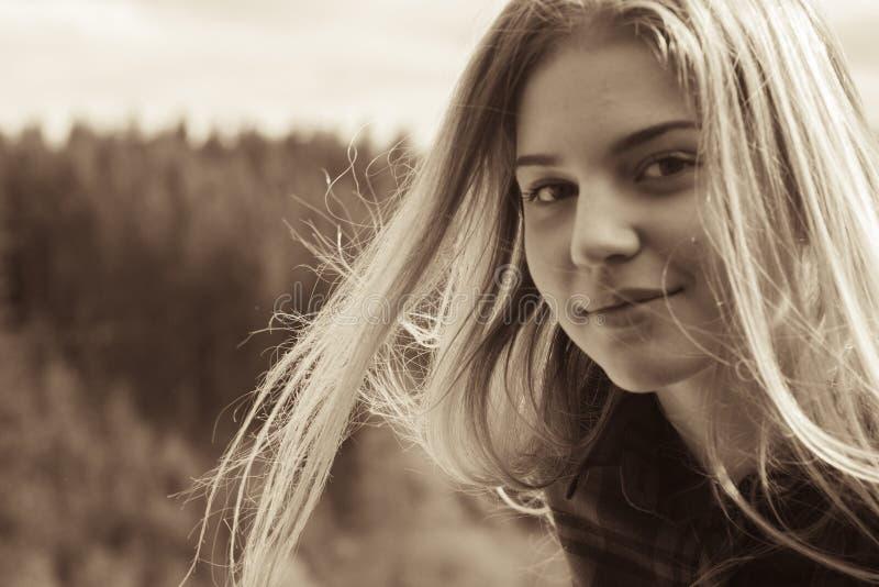Een meisje draait in de wind stock foto