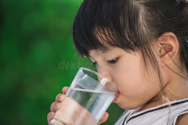 Een meisje drinkwater stock afbeelding