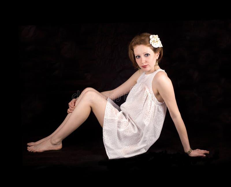 Een meisje in een witte kleding royalty-vrije stock afbeeldingen