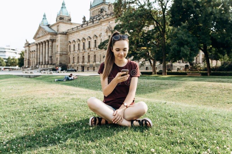 Een meisje gebruikt een mobiele telefoon royalty-vrije stock afbeelding