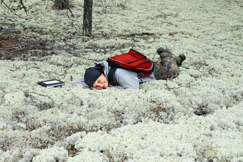 Een meisje heeft een rust in een mos stock fotografie