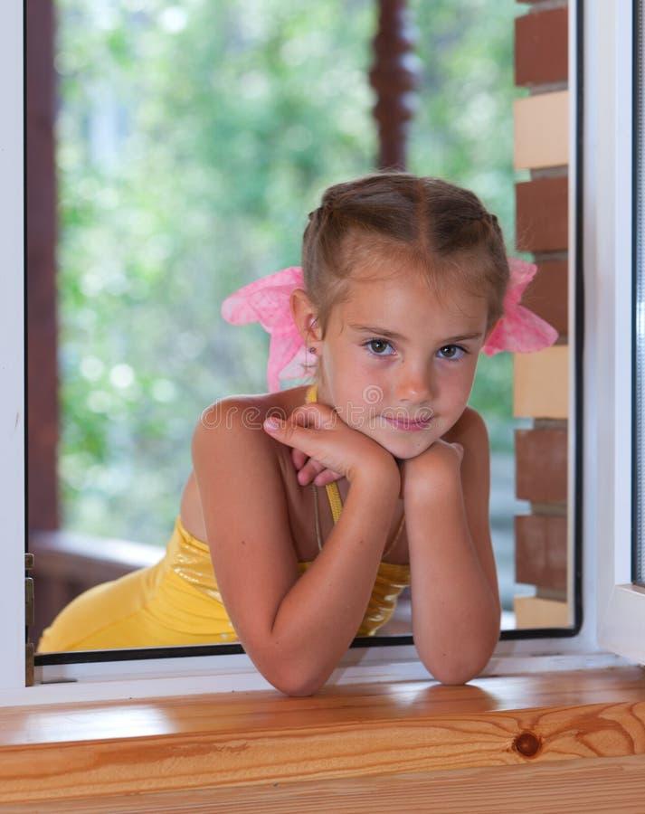 Download Een meisje in het venster. stock afbeelding. Afbeelding bestaande uit huis - 29510395