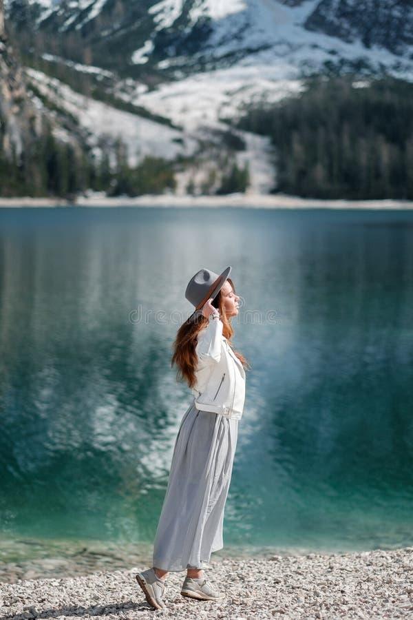 Een meisje in een hoed en een lange kleding loopt langs het meer Lago Di Bries in het noorden van Italië royalty-vrije stock foto's