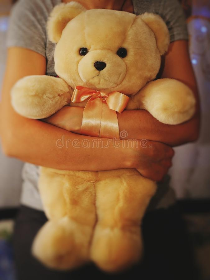 Een meisje houdt en koestert een teddybeer Conceptenidee - vaarwel aan kinderjaren Uitstekende stijl royalty-vrije stock foto's