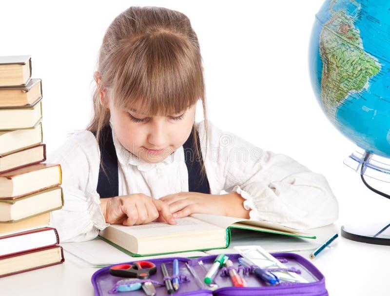 Een meisje leest een boek stock foto