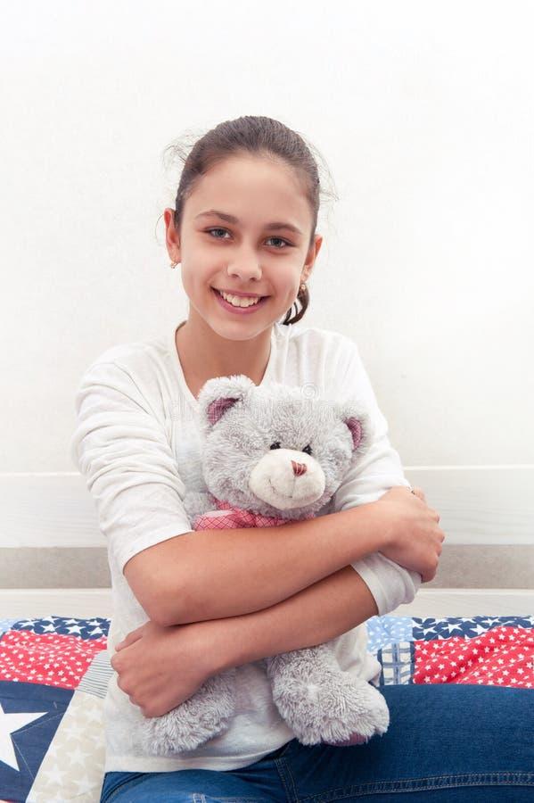 Een meisje ligt op een bed stock afbeeldingen
